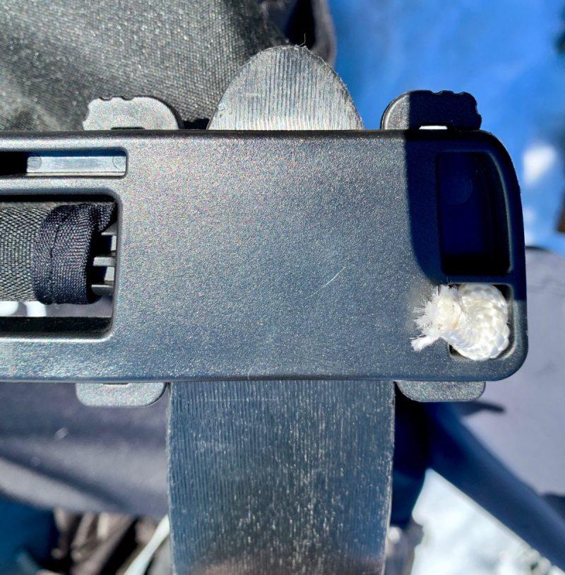 Eksempel på montert klips og ski satt inn i slissen